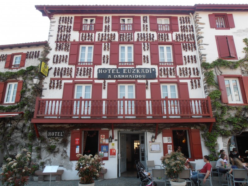 Typical-house-with-Espelette-peppers-hanging-from-the-facade_Discovery-Basque